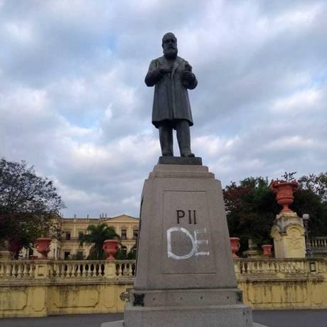 Estátua de Dom Pedro II foi pichada por volta de 7h Foto: Guarda Municipal