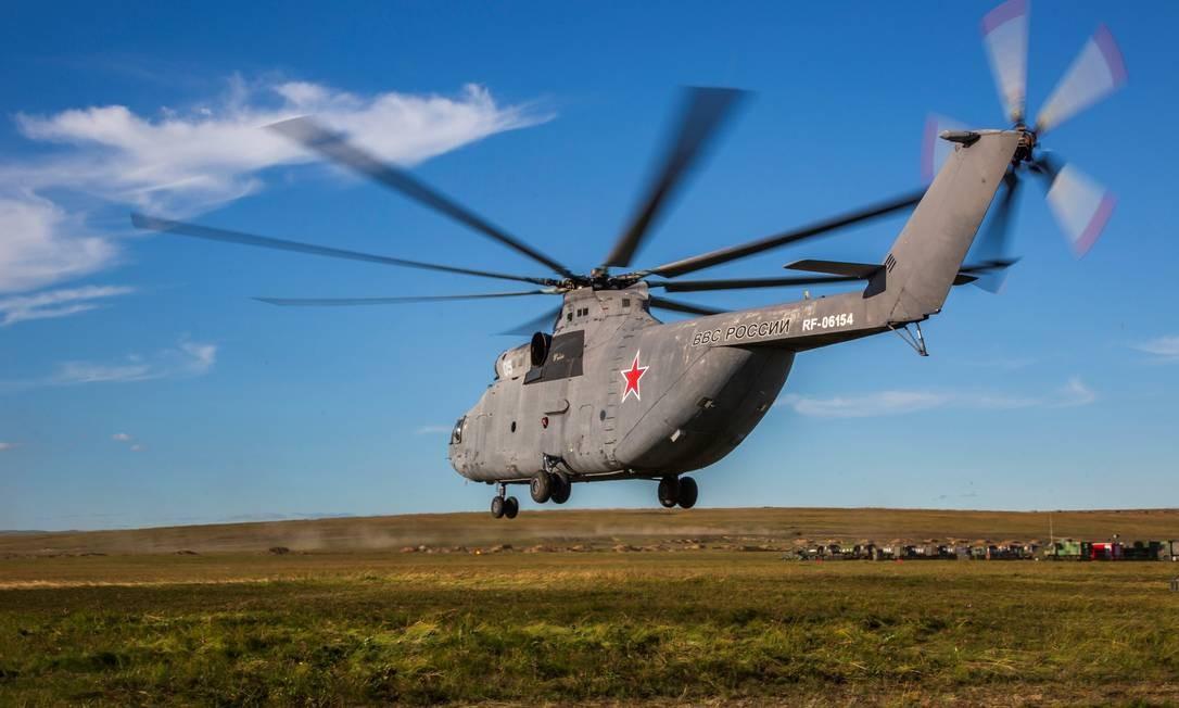 Helicóptero russo sobrevoa planície durante manobras militares na região oriental do país. Além de milhares de aeronaves russas, há dezenas de helicópteros chineses envolvidos Divulgação/Ministério da Defesa da Rússia