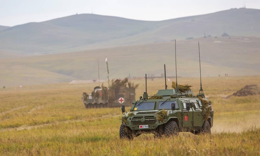 Entre os mais de 30 mil veículos empregados nas manobras sino-russas, há blindados e caminhões de transporte de tropas Divulgação/Ministério da Defesa da Rússia