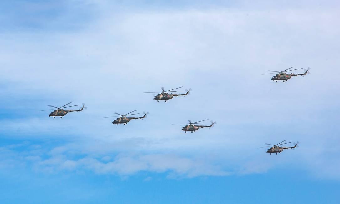 Uma esquadrilha de helicópteros em ação nos exercícios militares russos Divulgação/Ministério da Defesa da Rússia