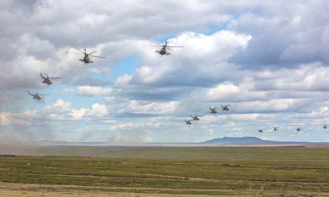 Além dos helicópteros, mais de mil aviões, entre eles os jatos Su-34 e Su-35, participam das manobras, que acontecem no distrito militar oriental russo Divulgação/Ministério da Defesa da Rússia