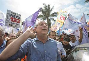 O candidato Ciro Gomes (PDT) faz caminhada em Taboão da Serra Foto: Edilson Dantas / Agência O Globo