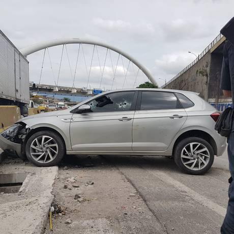 Carro foi alvo de balas durante tiroteio na altura do Parque União Foto: Marcos Nunes / Marcos Nunes