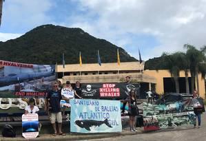 Ativistas fizeram protesto em frente ao local da reunião da IWC pedindo a criação do santuário Foto: SEBASTIAN ROCANDIO / REUTERS