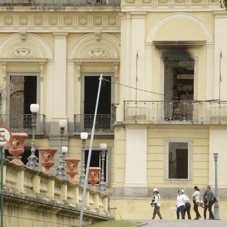 Técnicos em frente ao Museu Nacional Foto: Antonio Scorza / Agência O Globo