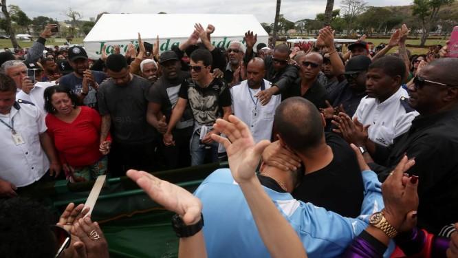 Amigos e parentes se reuniram para uma celebração musical no enterror do MC Mr. Catra no Jardim da Saudade Foto: Custódio Coimbra / Agência O Globo