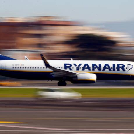 Avião da Ryanair aterrissa no aeroporto de Ciampino, em Roma. Empresa enfrenta nova greve nesta quarta-feira Foto: Tony Gentile / REUTERS