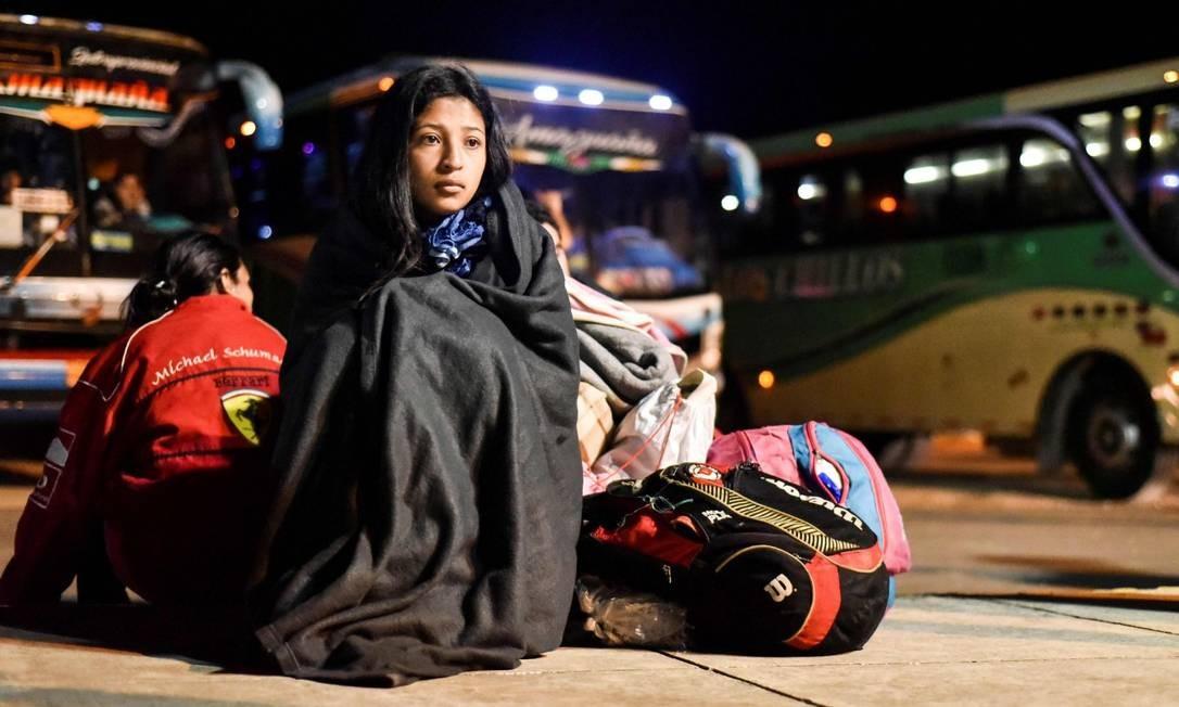 Venezuelana espera na fronteira entre Equador e Peru, após ter viajado por várias horas em 25 de agosto, dia em que exigência de passaportes entrou em vigor Foto: LUIS ROBAYO / AFP