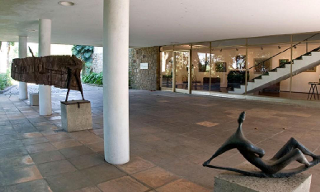 Esculturas e outras obras adornam a recepção do Museu Chácara do Céu, em Santa Teresa http://museuscastromaya.com.br