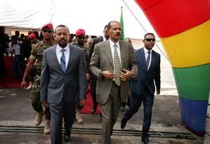 Presidente eritreu, Isaias Afwerki (direita), e primeiro-ministro da Etiópia, Abiy Ahmed chegam em cerimônia de abertura de embaixada da Eritreia em Adis Abeba Foto: Tiksa Negeri / REUTERS