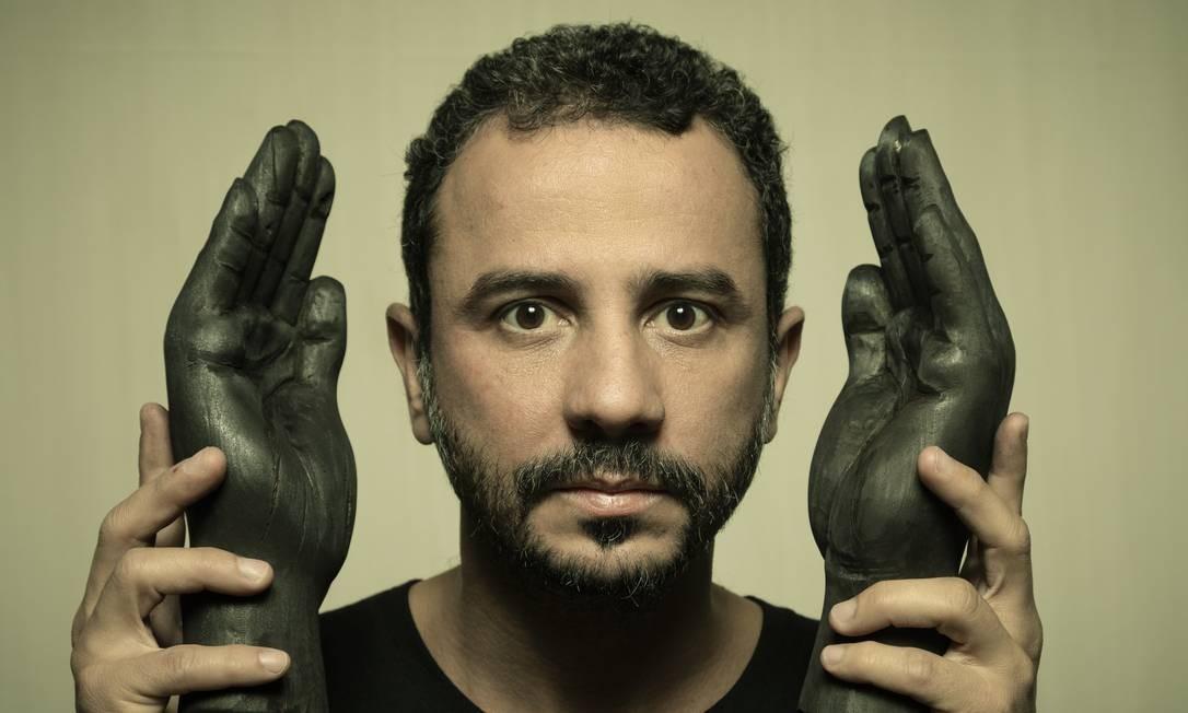 Rodrigo Braga e suas esculturas em carvão, na galeria Anita Schwartz Foto: Leo Martins / Agência O Globo