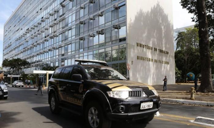 A Polícia Federal em frente ao Ministério do Trabalho, na Esplanada dos Ministérios, em Brasília. Foto: Jorge William / Agência O Globo
