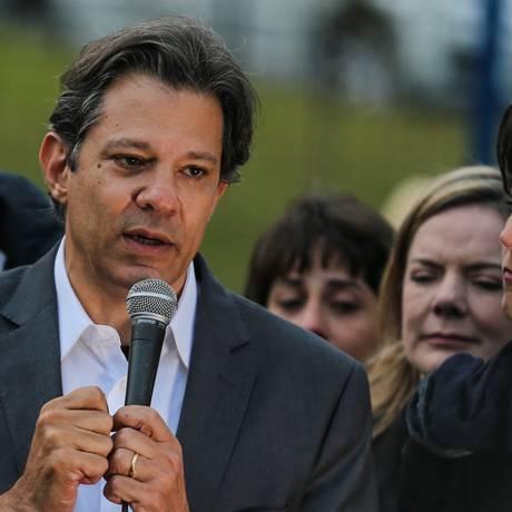 Fernando Haddad é anunciado como candidato do PT à Presidência, na Superintendência da PF em Curitiba Foto: Geraldo Bubniak / Agência O Globo