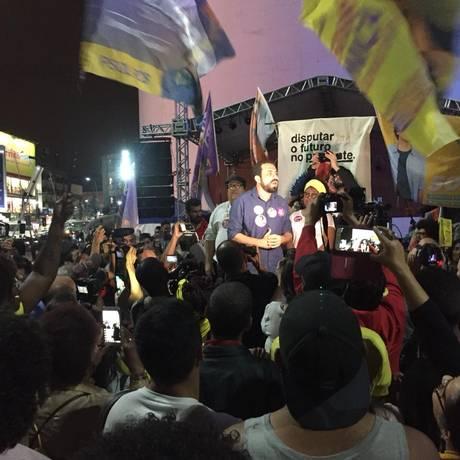Guilherme Boulos, Tarcisio Motta, e sua vice Ivanete, em discurso na Praça do Teatro, em Duque de Caxias Foto: Foto do leitor / Darlan Junior