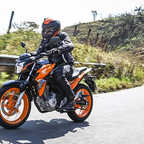 Na nova cor laranja, a Twister fica até parecendo uma moto de maior porte Foto: Divulgação