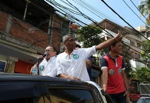 O candidato ao governo do Rio, Romário, em visita a Rocinha, no dia 01/09 Foto: Pedro Teixeira / Agência O Globo