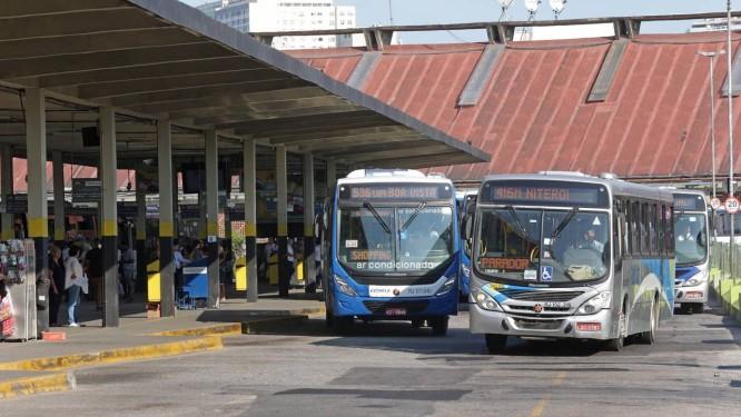 Sete empresas de ônibus de São Gonçalo, Niterói, Maricá, Itaboraí e Tanguá, na Região Metropolitana do Rio, estão proibidas de exigir biometria para conceder gratuidade a passageiros maiores de 65 anos Foto: Márcio Alves / Agência O Globo
