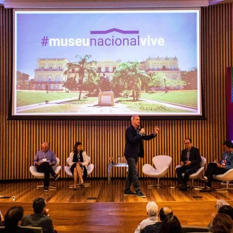 Alexander Kellner (em pé), diretor do Museu Nacional, pediu contribuições para a reconstrução do acervo da instituição Foto: Barbara Lopes