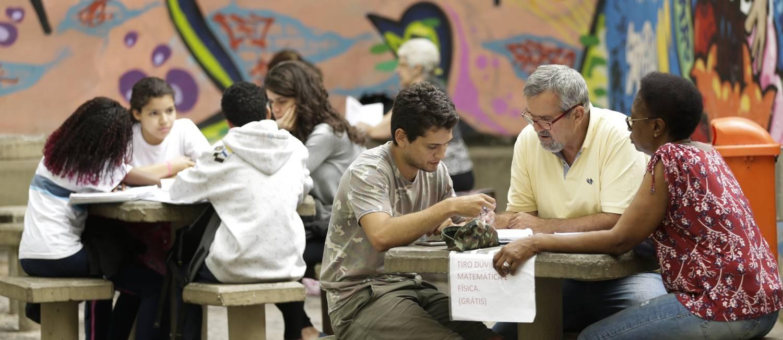 Projeto dá aulas gratuitas em Botafogo para quem nunca estudou e alunos com dúvidas escolares Foto: Gabriel de Paiva / Agência O Globo