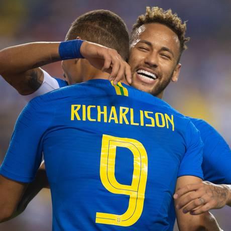 Neymar abraça Richarlison após um dos gols da seleção brasileira Foto: Pedro Martins / Pedro Martins/MowaPress