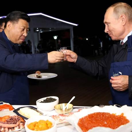 Presidentes da China, Xi Jinping, e da Rússia, Vladimir Putin, brindam durante almoço no Fórum Econômico do Extremo Oriente, em Vladivostok Foto: POOL / REUTERS