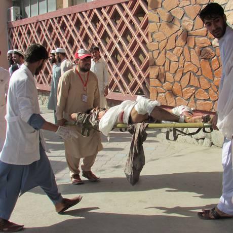 Homem ferido é levado para um hospital após ataque suicida na província de Nangarhar Foto: STRINGER / REUTERS