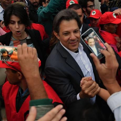 Fernando Haddad (PT) cumprimenta apoiadores após anúncio de candidatura à Presidência Foto: NELSON ALMEIDA / AFP