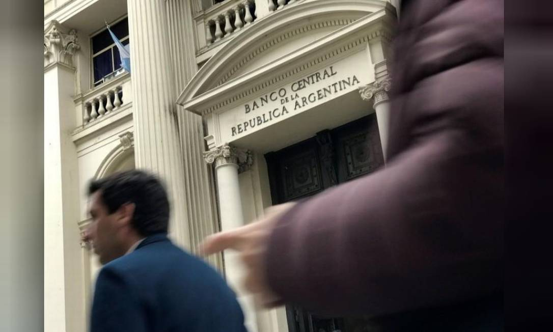 Pessoas passam pela sede do Banco Central da Argentina em Buenos Aires, Argentina Foto: / Reuters