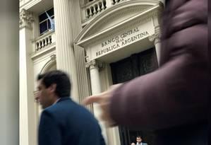 Pessoas passam pela sede do Banco Central da Argentina em Buenos Aires, Argentina Foto: Reuters