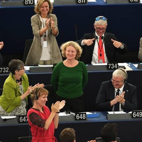 Membros do Parlamento Europeu comemoram votação que abriu processo punitivo contra a Hungria Foto: FREDERICK FLORIN / AFP
