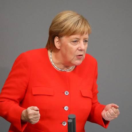 Chanceler Angela Merkel, em discurso que criticou manifestantes de extrema direita Foto: HANNIBAL HANSCHKE / REUTERS