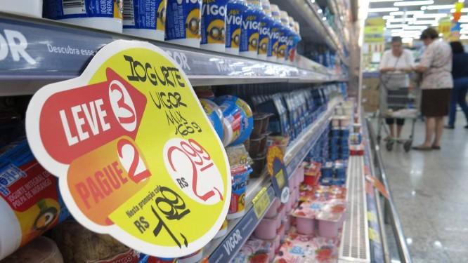 Estudo recomenda consumo moderado de laticínios, como leite e iogurtes Foto: Márcio Alves / Agência O Globo