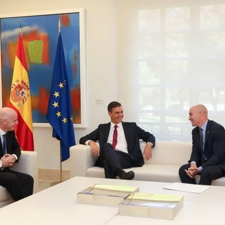 Reunião entre Gianni Infantino, Pedro Sanchez e Luis Rubiales fortaleceu ideia de candidatura Foto: FERNANDO CALVO / AFP
