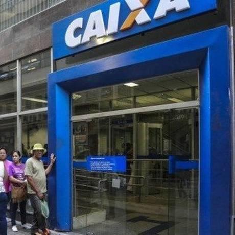 Agência da Caixa Econômica Federal: o banco paga os abonos do PIS Foto: Arquivo- Agência O Globo