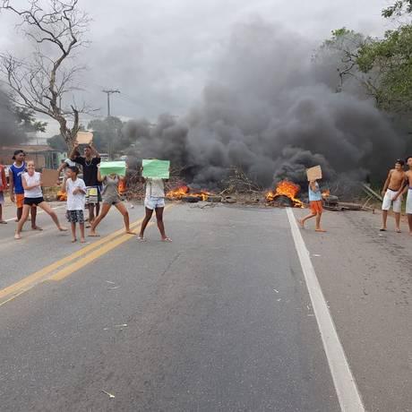 Grupo ateou fogo a pneus e galhos para fechar a rodovia Foto: Divulgação/PRF