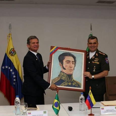 Os ministros da Defesa do Brasil e da Venezuela, generais Joaquim Silva e Luna e Vladimir Padrino, seguram um quadro de Simón Bolívar Foto: Divulgação