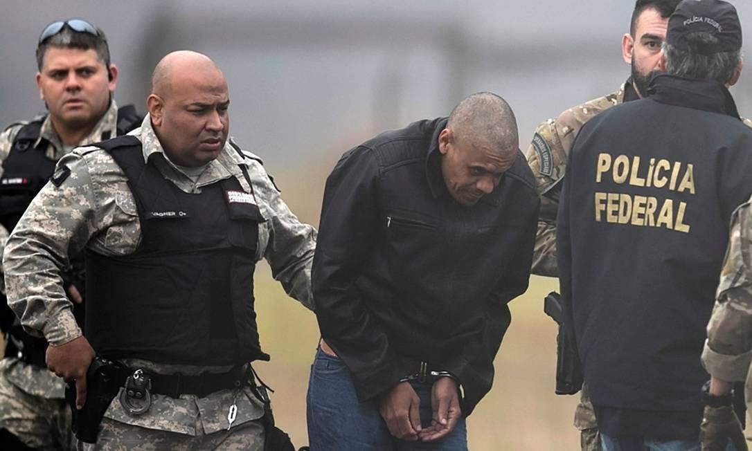 Adélio Bispo de Oliveira é escoltado por policiais no aeroporto de Juiz de Fora Foto: Ricardo Moraes/Reuters/08-09-2018