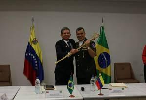 Joaquim Silva e Luna e Vladimir Padrino se reuniram na cidade de Puerto Ordaz Foto: Divulgação