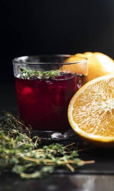 Pato com Laranja. O Da Terra, com cachaça Engenho da Cana Prata, suco de laranja, limão e tomilho (R$ 20), é um dos seis coquetéis com a branquinha na casa. Rua Visconde de Pirajá 539, Ipanema (2540-8380) Beto Roma / Divulgação
