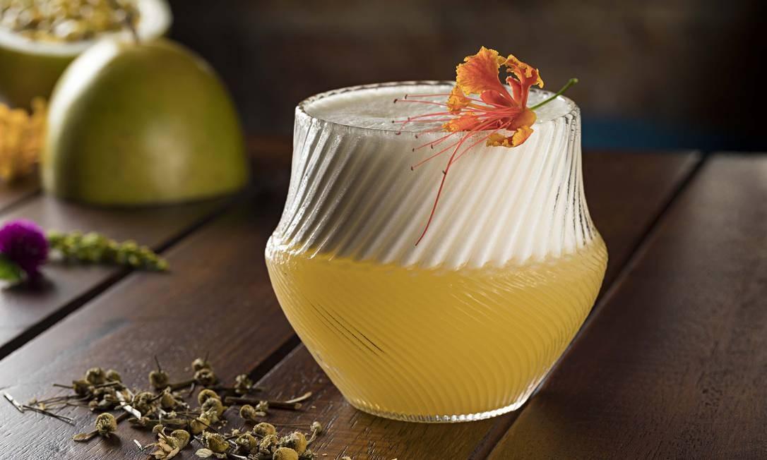 Garoa Bar Lounge. O refrescante Pisco Delícia é feito com cachaça de jequitibá infusionada em flor de camomila, pisco, sour-mix de maracujá, limão, e flores comestíveis (R$ 28). Rua Dias Ferreira 50, Leblon (3591-7617) Foto: RODRIGO AZEVEDO FOTOGRAFIA / Divulgação