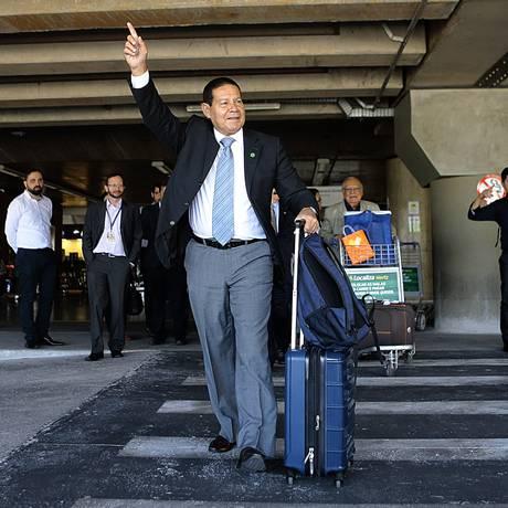 General da reserva Antônio Hamilton Martins Mourão (PRTB) no Aeroporto de Brasília. Foto: Jorge William / Agência O Globo