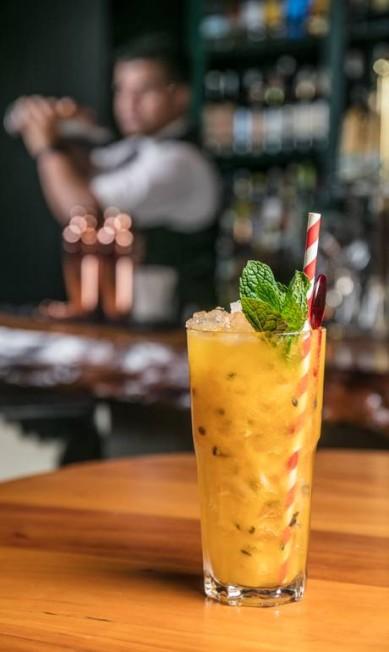 Barra Grill. A versão de caipirinha de Kennedy Lima é com cachaça branca BG, tangerina, maracujá e rapadura (R$ 28). Av. Ministro Ivan Lins 314, Barra (2493-6060) TomasRangel / Divulgação