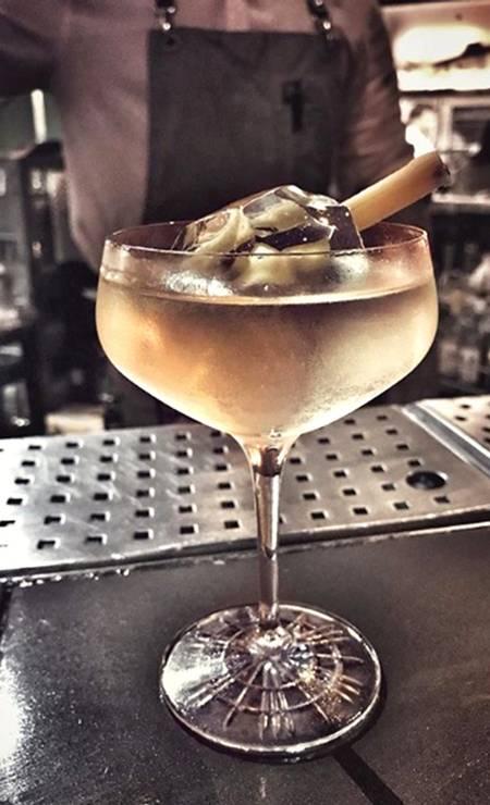 Nosso. De Tai Barbin, o Sertão vai virar mar combina cachaça, gin inglês, absinto, vermute seco, camomila e tintura de sal (R$29). Rua Maria Quitéria 91, Ipanema (99619-0099) Foto: Ffreitas / Divulgação