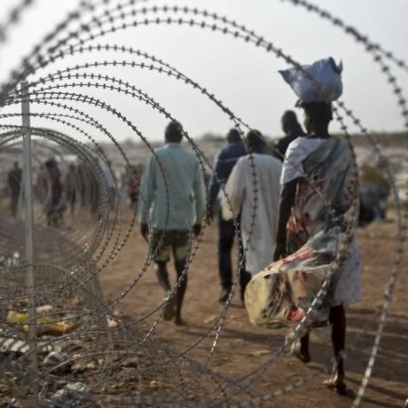 Em janeiro de 2016, deslocados do Sudão do Sul caminham em base da ONU na capital, Juba Foto: Jason Patinkin / AP