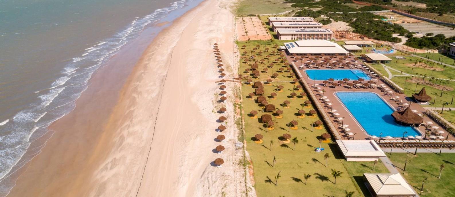 Praia de Touros. O recém-inaugurado resort Vila Galé tem piscinas, spa e clube infantil à beira mar. Os serviços e atividades de lazer funcionam em sistema all-inclusive