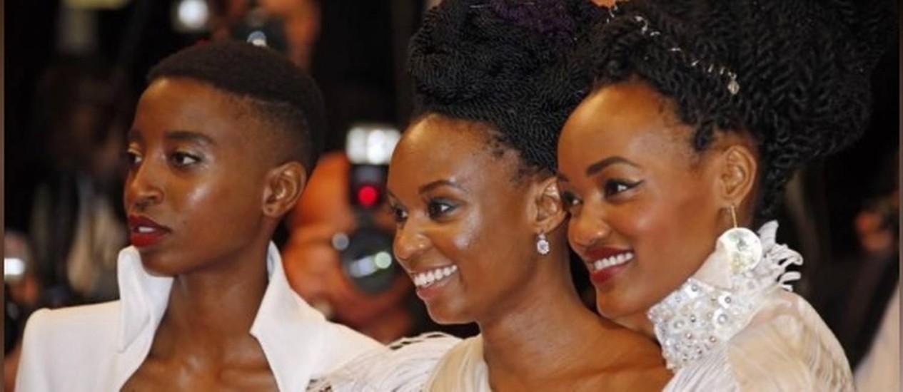 "Diretora Wanuri Kahiu, de ""Rafiki"", posa para foto com as atrizes Sheila Munyiva e Samantha Mugatsia, em Cannes Foto: REUTERS/Jean-Paul Pelissier"