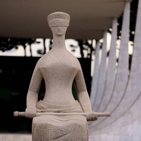 Estátua da Justiça, em frente ao Supremo Tribunal Federal (STF) Foto: Jorge William/Agência O Globo/09-02-2018