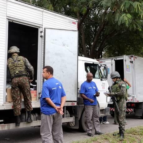 Operação do exército na Avenida Brasil para combater o roubo de carga Foto: Guilherme Pinto / Agência O Globo