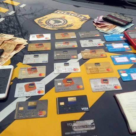 Cartões foram encontrados embaixo dos bancos do carro Foto: Divulgação PRF