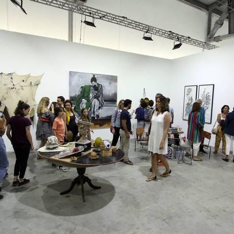 Público na última edição da ArtRio, realizada na Marina da Glória, em setembro de 2017 Foto: Paulo Nicolella/Agência O Globo/17-09-2017